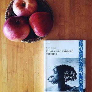 E dal cielo caddero tre mele